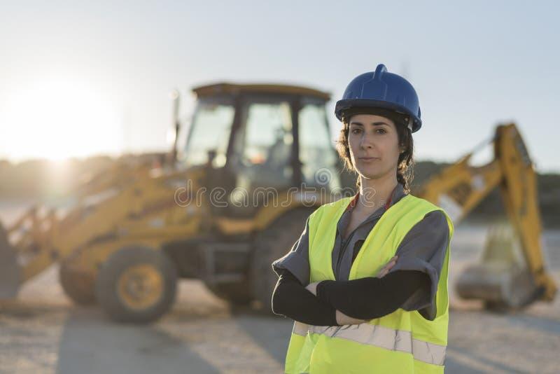 Arbeidersvrouw die camera na het werken bekijken stock foto