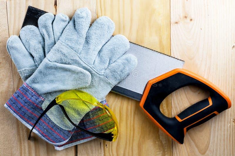 Arbeit über den Bau oder die Reparatur des Hauses erneuerung Verwenden Sie sah Arbeitshandschuhmaßband Arbeitsplatzsicherheit des stockfotos