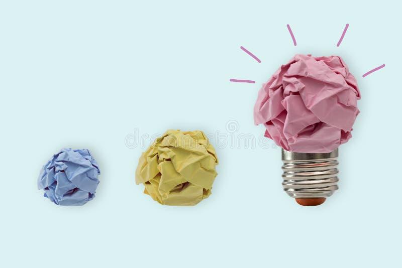 Arbeit über das Konzept der Glühlampe- und Papierform stockbild