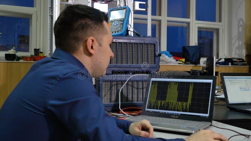 Arbeit über den Computer Steuern Sie das Stromsystem auf dem Computer stockbilder