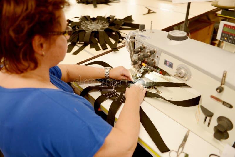 Arbeit über eine Nähmaschine stockfoto