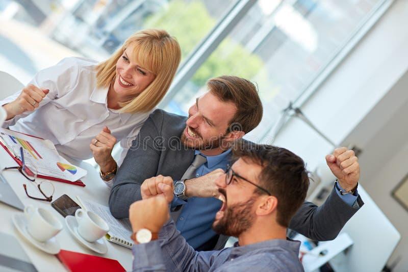 Arbeit in der Gruppe Gruppe Geschäftsleute, die im Büro zusammenarbeiten und sich besprechen stockbild