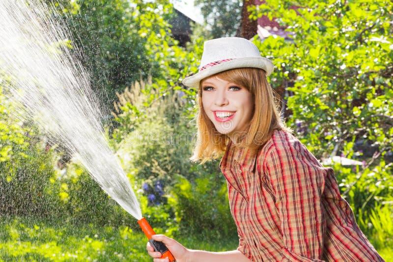 Arbeit der jungen Frau im Garten lizenzfreie stockbilder