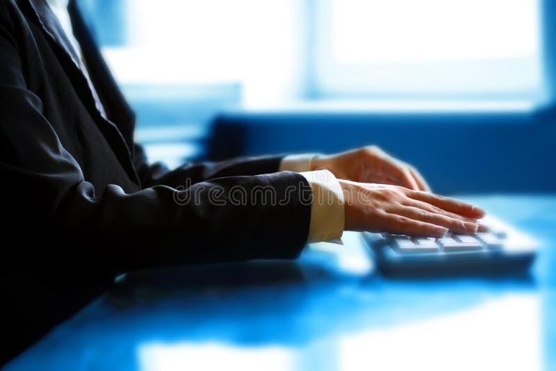 Arbeit an der Tastaturhand stockfoto
