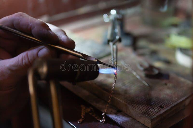Arbeit des Meisters, Juwelier SchmuckReparaturwerkstatt Herstellung des Schmucks stockfotografie