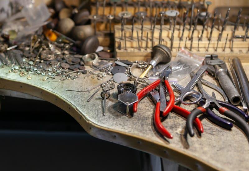 Arbeit des Meisters, Juwelier SchmuckReparaturwerkstatt Herstellung des Schmucks stockbilder