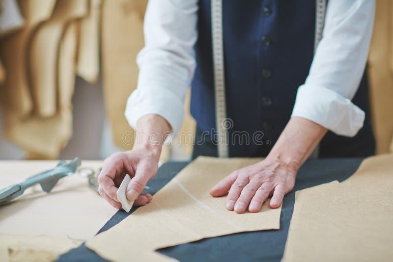 Arbeit des Schneiders lizenzfreie stockfotos