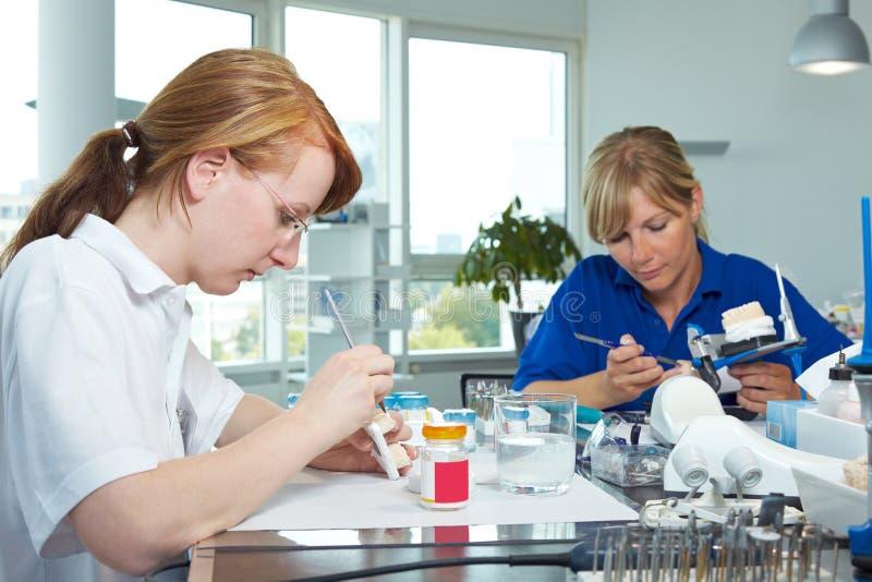 Arbeit in einem zahnmedizinischen Labor lizenzfreies stockbild