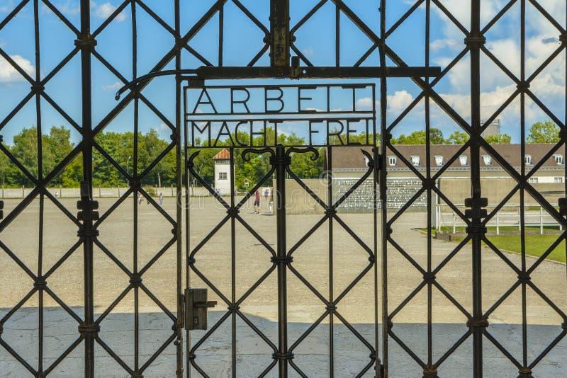 Arbeit Macht Frei, puerta de la entrada en el campo de concentración Dachau imágenes de archivo libres de regalías