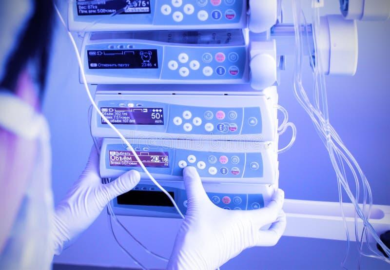 Arbeit mit medizinischer Ausrüstung stockfotos