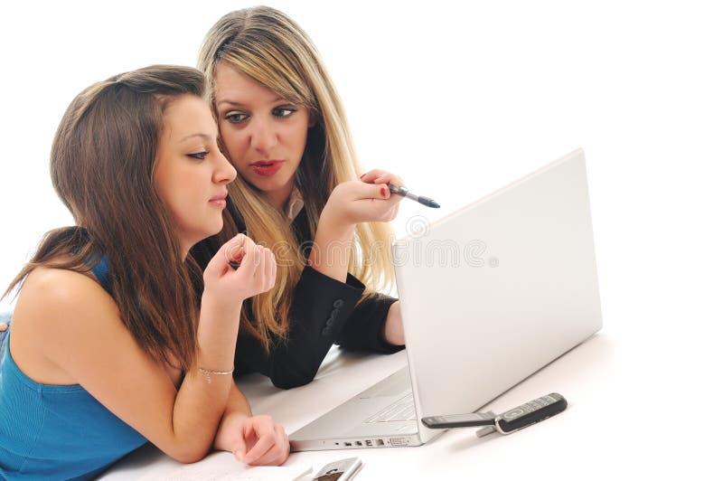 Arbeit mit zwei Mädchen über Laptop lizenzfreie stockfotografie