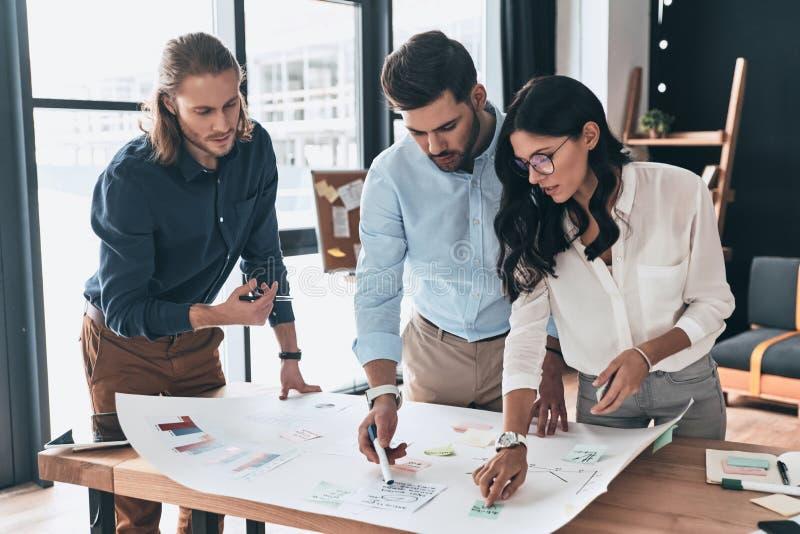 Arbeiten als Team Gruppe junge überzeugte Geschäftsleute Diskus stockfotografie
