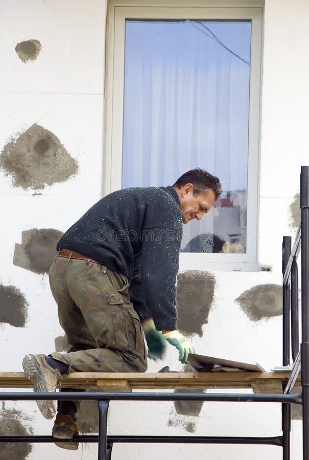 Arbeiten an Baugerüst stockfoto