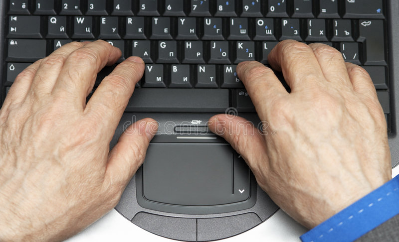 Arbeiten an dem Laptop stockfoto