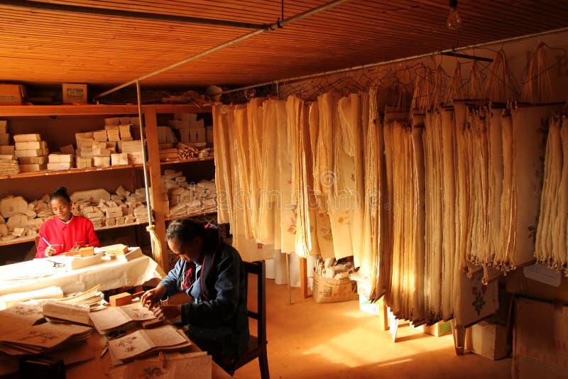 Arbeiten in der Papierfabrik lizenzfreies stockfoto