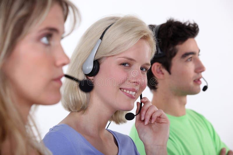 Arbeiten in einem Call-Center stockfotos
