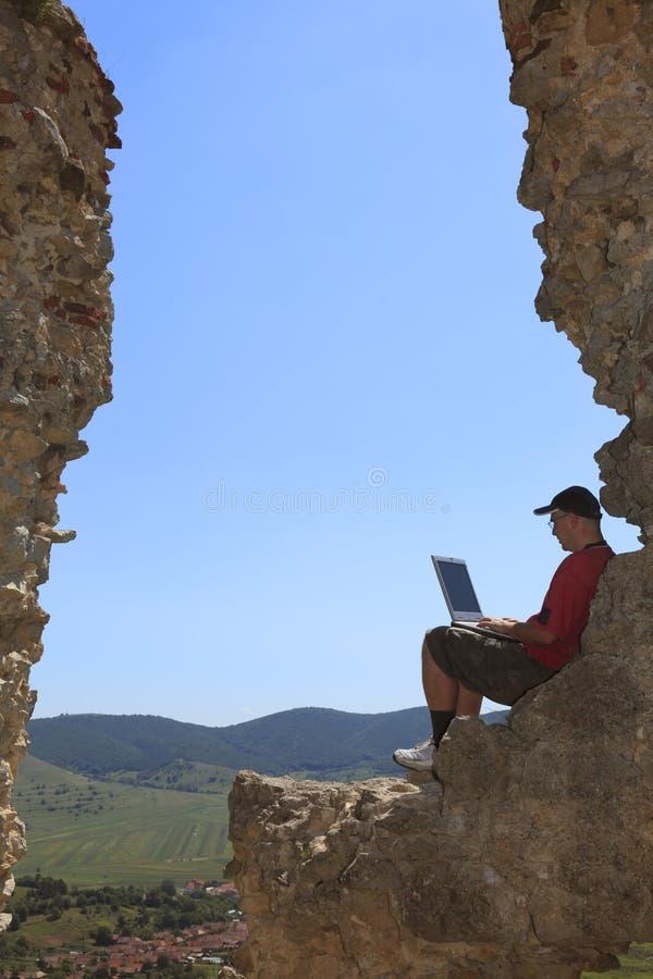 Arbeiten an einem Laptop stockbilder