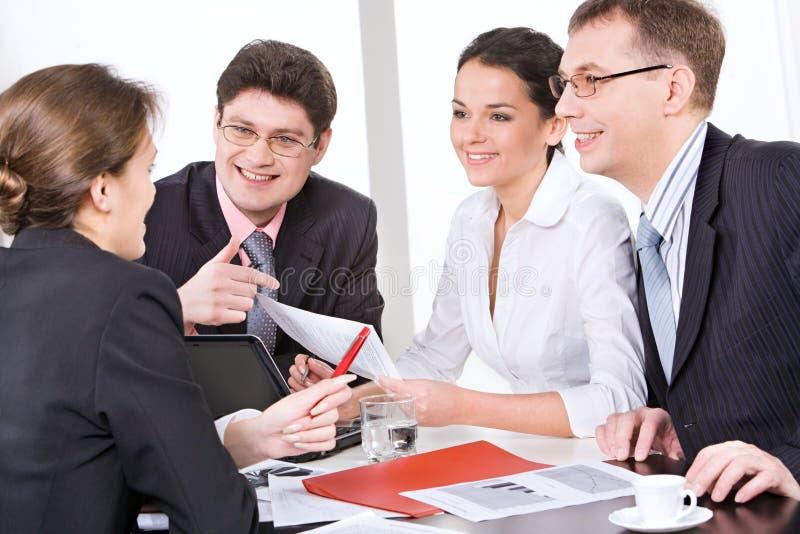 Arbeiten in einer Gruppe stockfoto