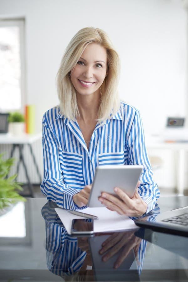 Arbeiten an Geschäftsbericht lizenzfreies stockfoto
