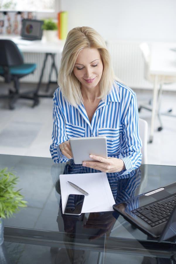 Arbeiten an Geschäftsbericht lizenzfreies stockbild