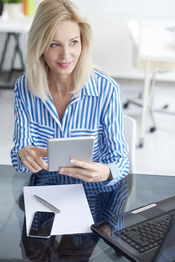 Arbeiten an Geschäftsbericht stockbild