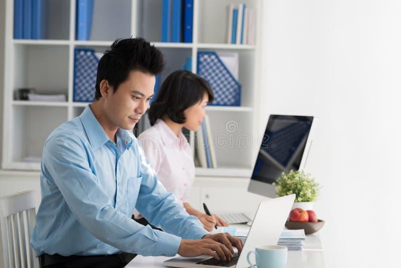 Arbeiten im Büro lizenzfreie stockfotos