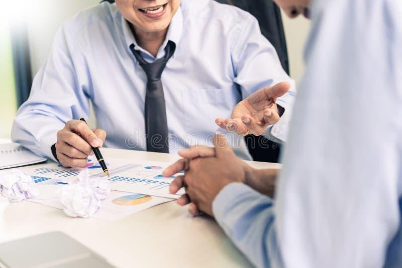 Arbeiten im Büro Manager wird nicht das Argument zufrieden gestellt BU lizenzfreies stockbild