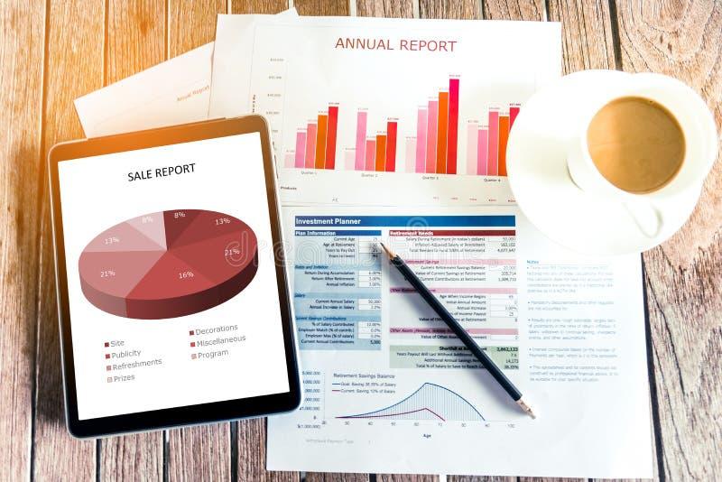 Arbeiten im Büro mit dem Zeigen von Handmarktbericht-Diagrammen Marketing-Abteilung, die neue Strategie plant Untersuchung der hö stockfotografie
