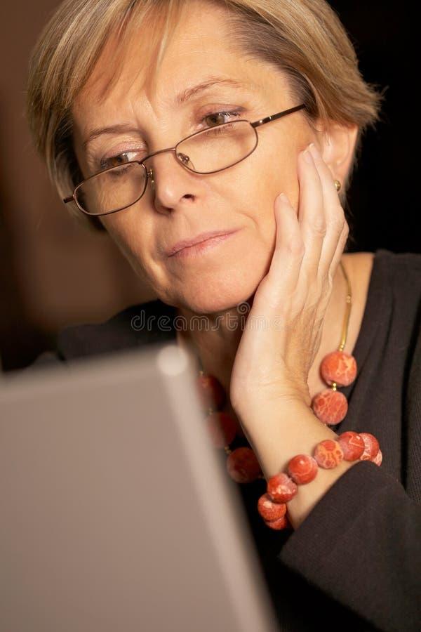 Arbeiten an Laptop stockfoto