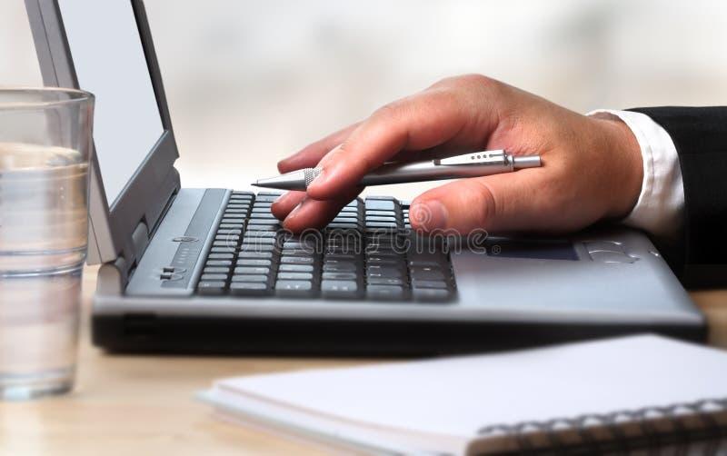 Arbeiten mit dem Laptop lizenzfreies stockbild