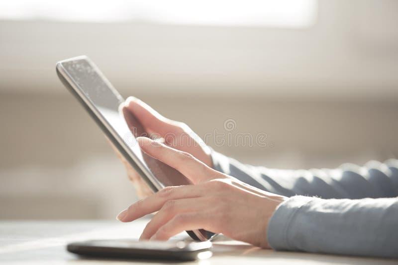 Arbeiten mit digitaler Tablette lizenzfreie stockfotografie