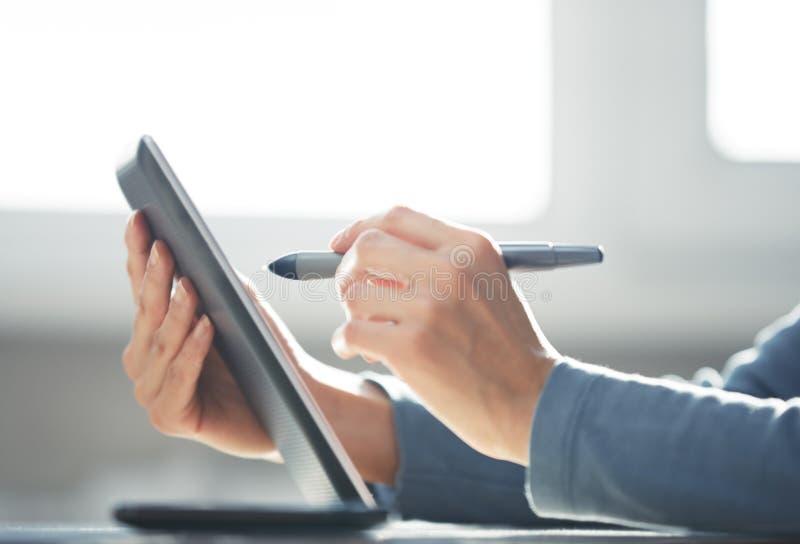 Arbeiten mit digitaler Tablette stockfotos