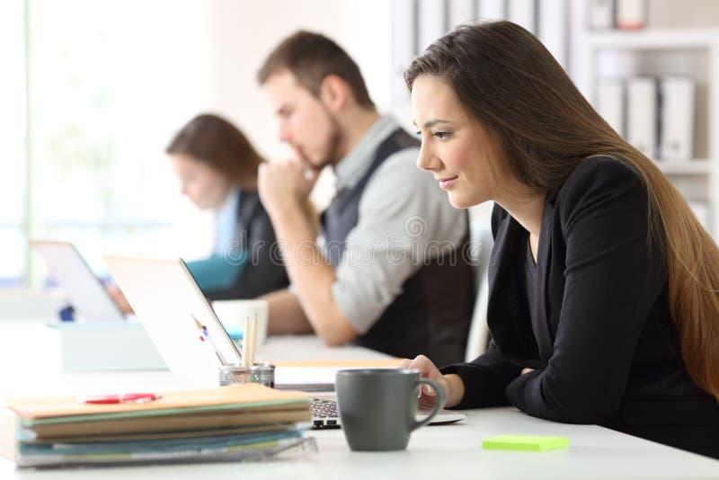 Arbeiten mit drei Büroangestellten stockbilder