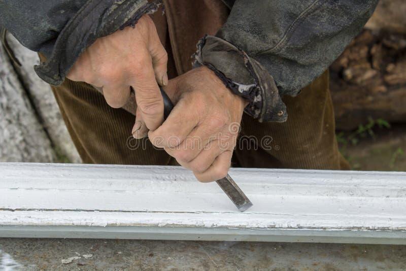 Arbeiten mit einem Meißel, großväterliches der Chips altes Fensterholz weg entfernt Glas lizenzfreie stockbilder