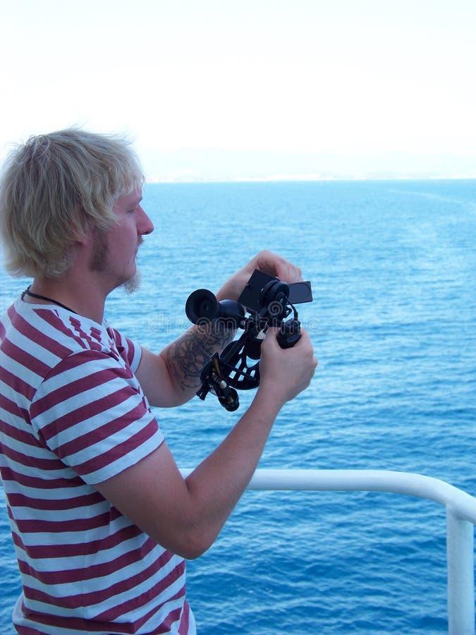 Arbeiten mit Sextanten an Bord von Handelsschiff stockfotografie