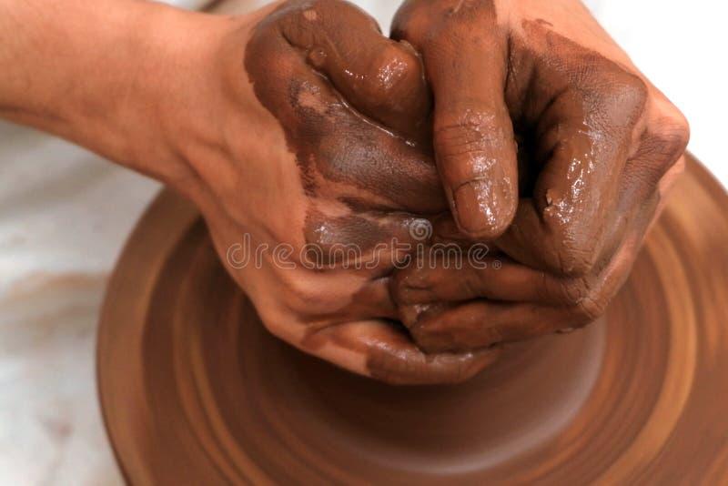 Arbeiten mit Ton auf einem Töpferrad Nähe weiblicher oder männlicher Hände Handwerk Handarbeit Tiefkühltiefe Selektiver Fokus stockfoto
