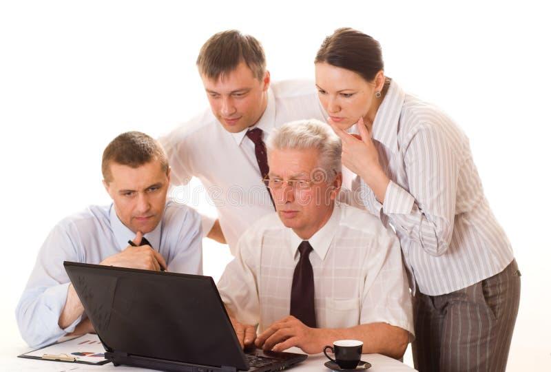 Arbeiten mit vier Geschäftsmännern stockfoto