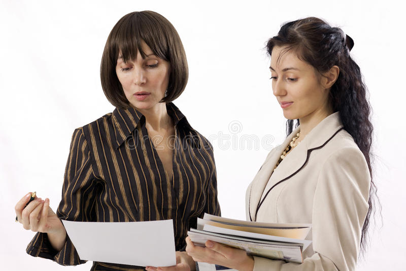 Arbeiten mit zwei Geschäftsfrauen stockfoto