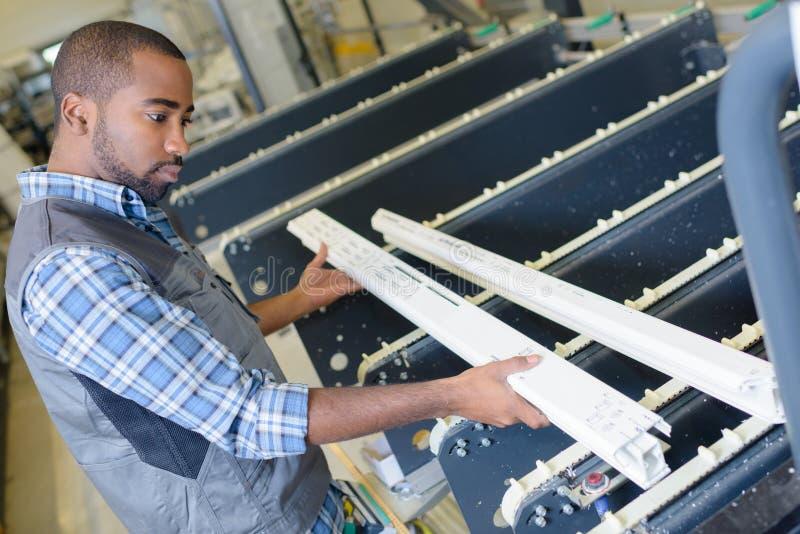 Arbeiten an Offsetdruckmaschine in der Druckfabrik stockfotografie