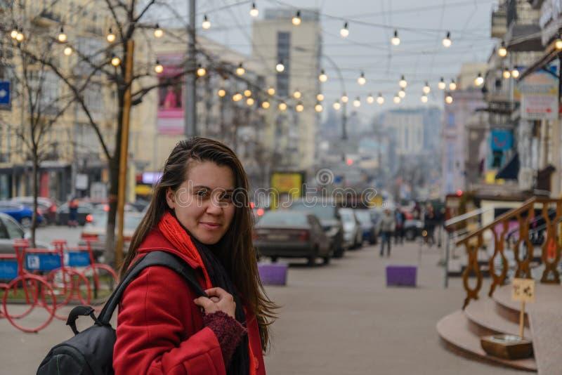 Arbeiten Sie Artporträt der jungen glücklichen lächelnden schönen eleganten Frau um, die an den Stadtstraßen geht lizenzfreie stockfotografie