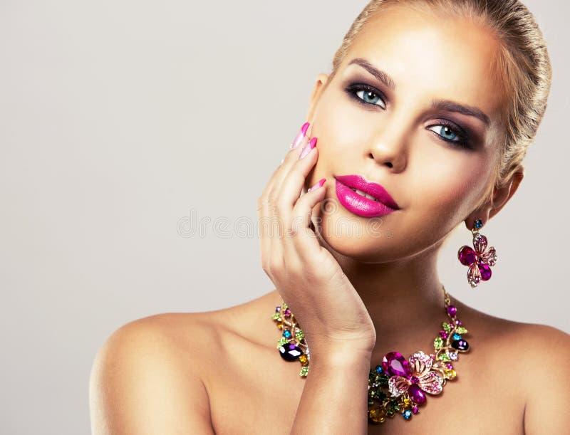 Arbeiten Sie blonde Frau des Frühlingssommers mit perfekter Haut um stockfotos