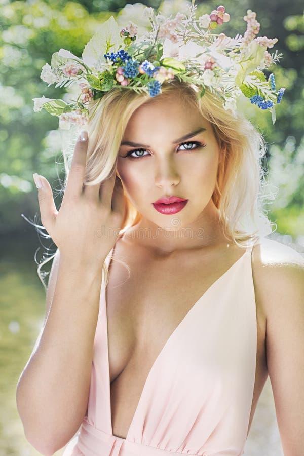 Arbeiten Sie blonde Frau des Frühlingssommers mit perfekter Haut um stockfoto