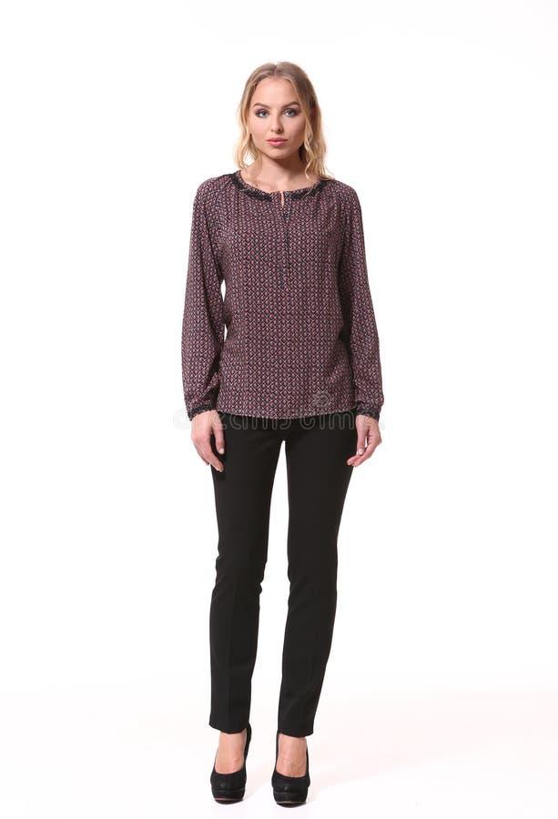 Arbeiten Sie blondes Geschäftsfraumodell in der Bluse um und dehnen Sie Hose aus stockfotografie