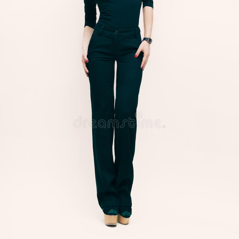 Arbeiten Sie Dame in der klassischen Hose und in der schwarzen Bluse über weißem Ba um lizenzfreie stockfotos