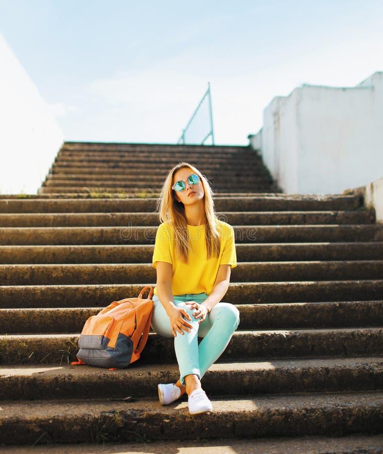 Arbeiten Sie das hübsche Hippie-Mädchen um, das draußen in der städtischen Art aufwirft lizenzfreies stockfoto