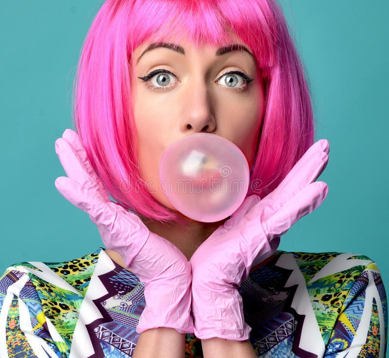 Arbeiten Sie das Porträt der netten Frau das Blase gumin aufblasend ho um stockfoto