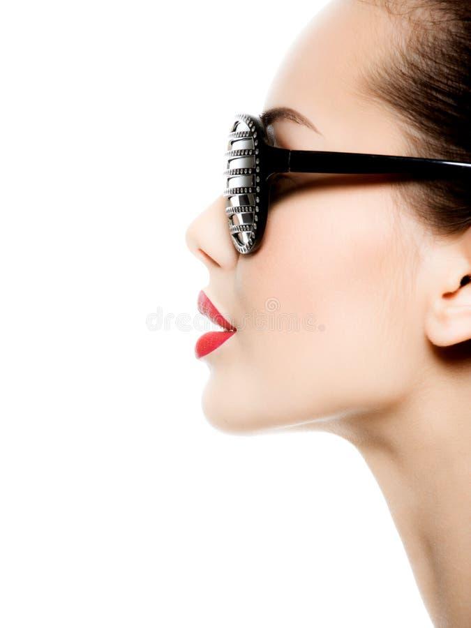 Arbeiten Sie das Profilporträt der Frau schwarze Sonnenbrille tragend um lizenzfreies stockbild