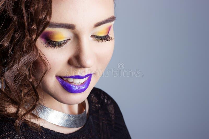 Arbeiten Sie die Schönheit um, die von schöne junge sexy Mädchen mit hellem Make-up und purpurrote Lippen im Studio auf weißem Hi lizenzfreies stockbild
