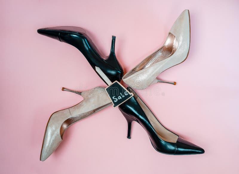 Arbeiten Sie die weiblichen Schuhe der hohen Absätze um, die beige goldenen rosa und schwarzen Farben mit Zeichenverkauf lokalisi stockbild
