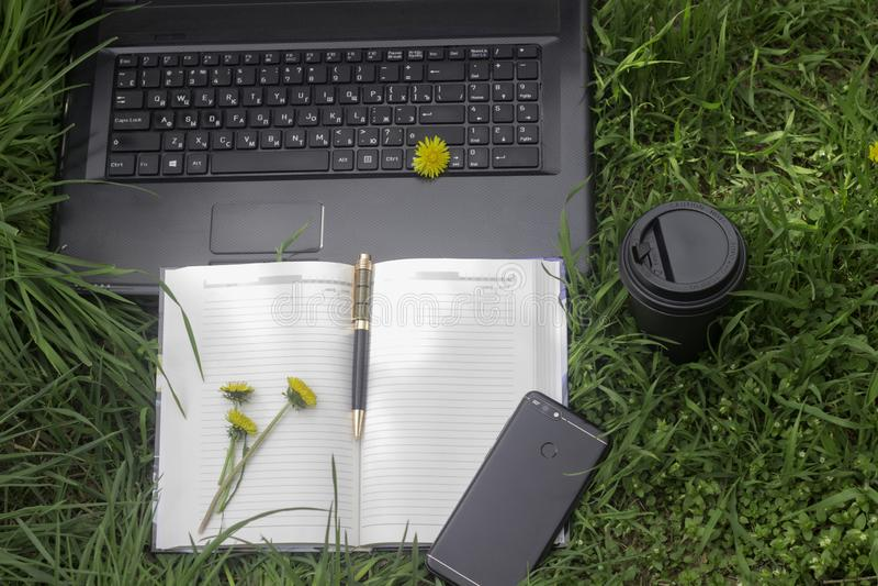 Arbeiten Sie draußen mit Telefon, Laptop und coffe stockbilder